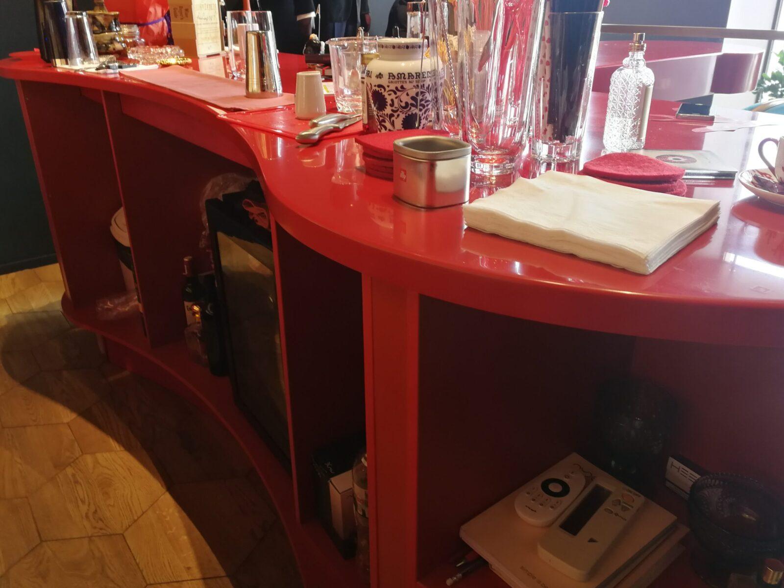 Нестандартная барная стойка для бутика ISAIA